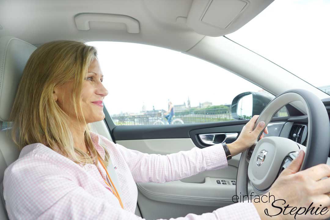 der neue Volvo XC60. Stephie hat Spaß bei der Probefahrt in Dresden