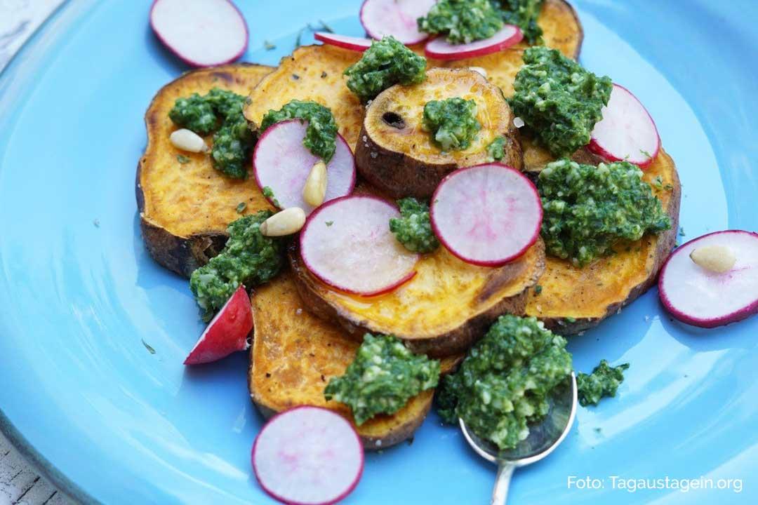Süßkartoffeln mit Radieschen-Blätter-Pesto. Nahaufnahme