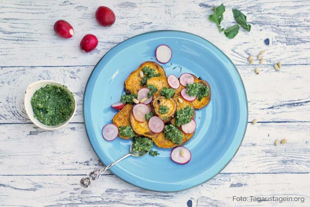 Süßkartoffeln mit Radieschen-Blätter-Pesto. Teller von oben