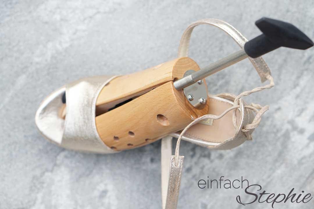 Zu enge Schuhe weiten mit einfachem Trick