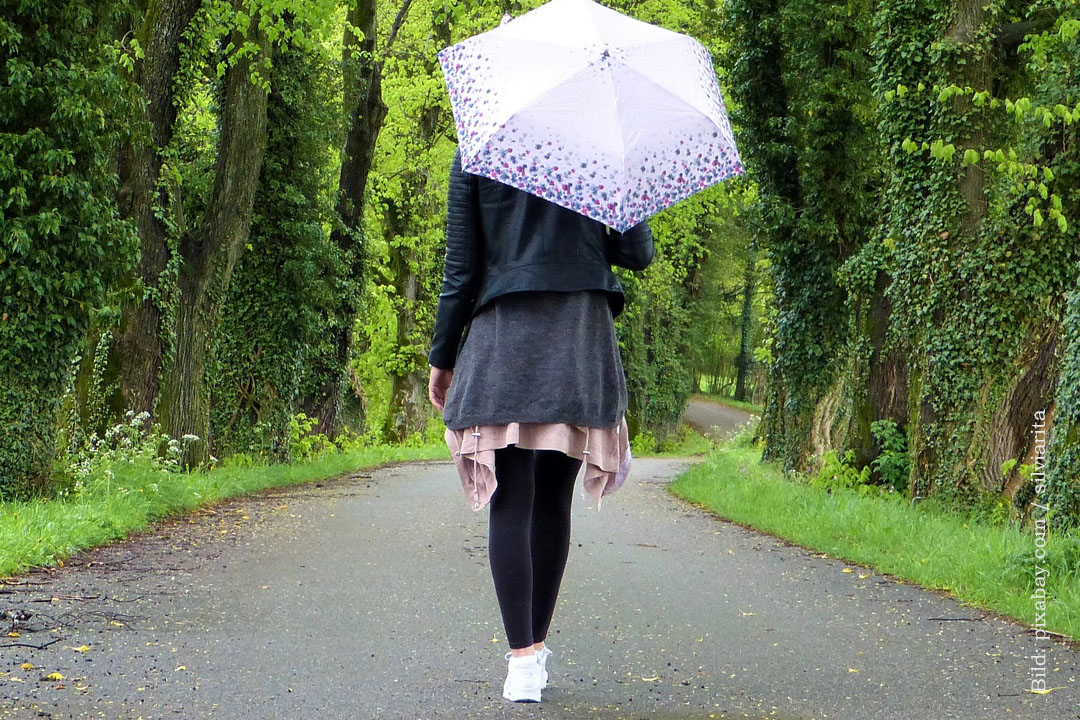 Begegnungen. Mädchen mit Schirm. pixabay, silviarita