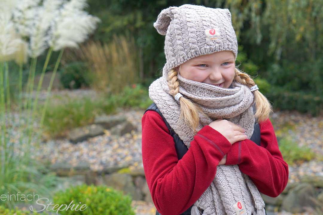 HerzPiraten Mädchen mit Strickset für einen guten Zweck. Charity mit Herz