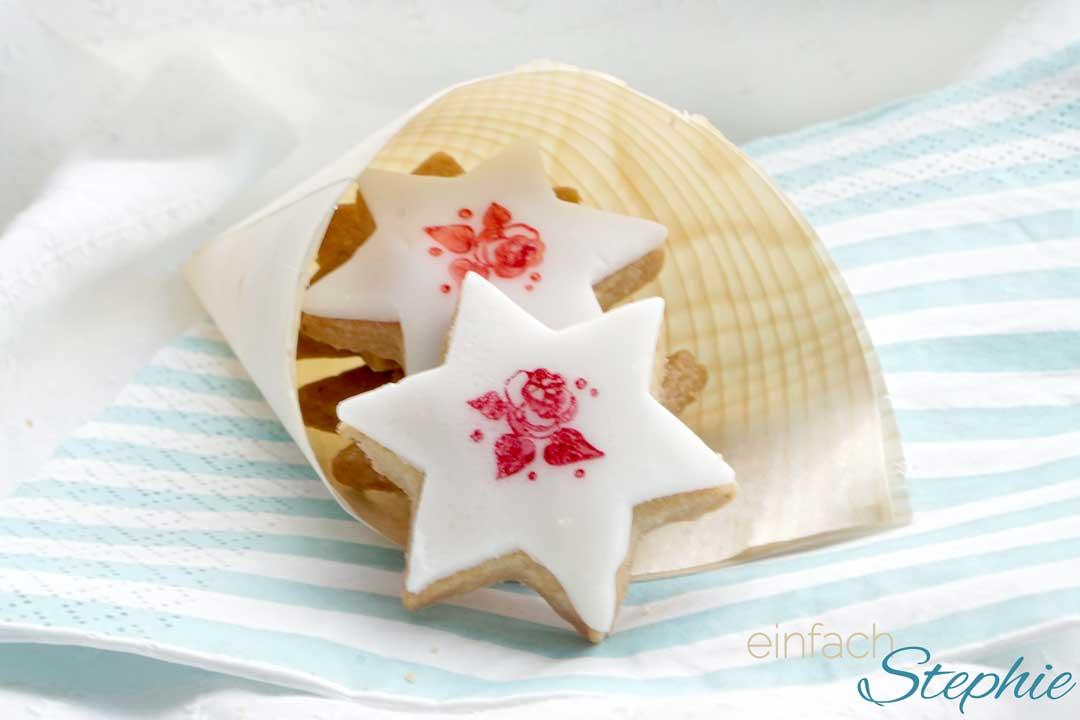 Kekse stempeln mit Lebensmittelfarbe. Butterplätzchen ohne Ei vegan backen