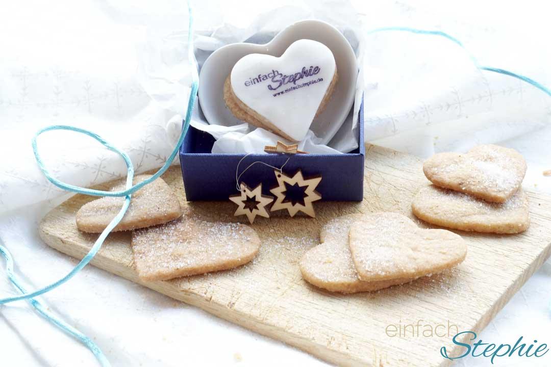 Logokekse selber machen mit Lebensmittelfarbe Kekse stempeln