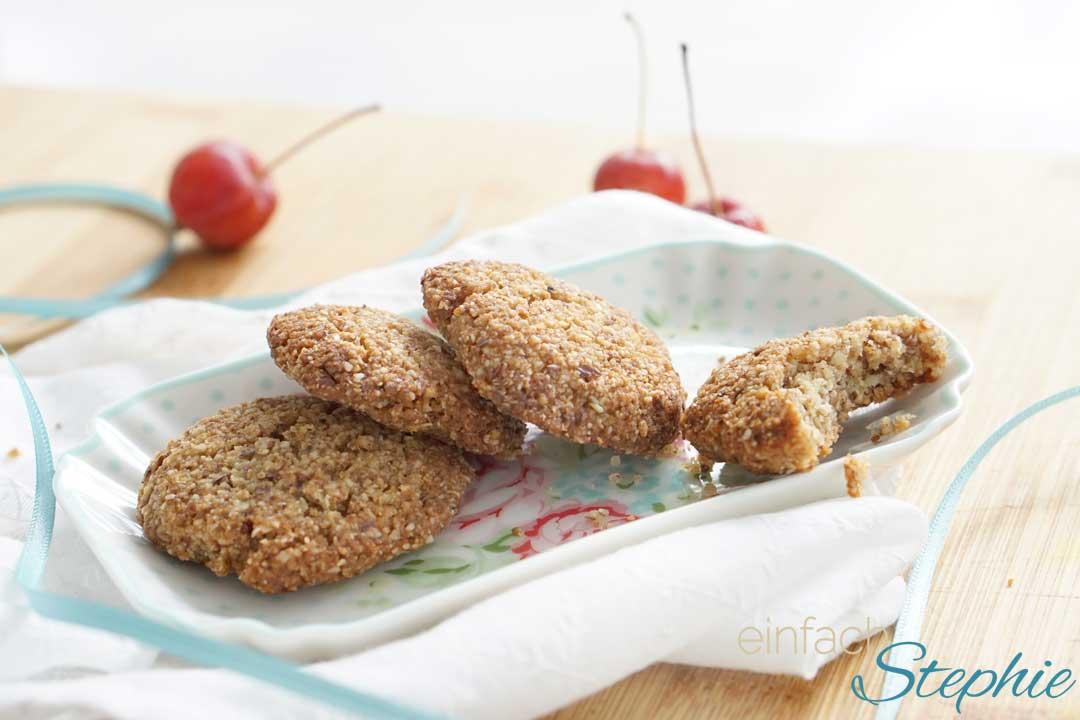 Low carb Mandelkekse, glutenfreie Weihnachtsplätzchen ohne Mehl auf Teller serviert