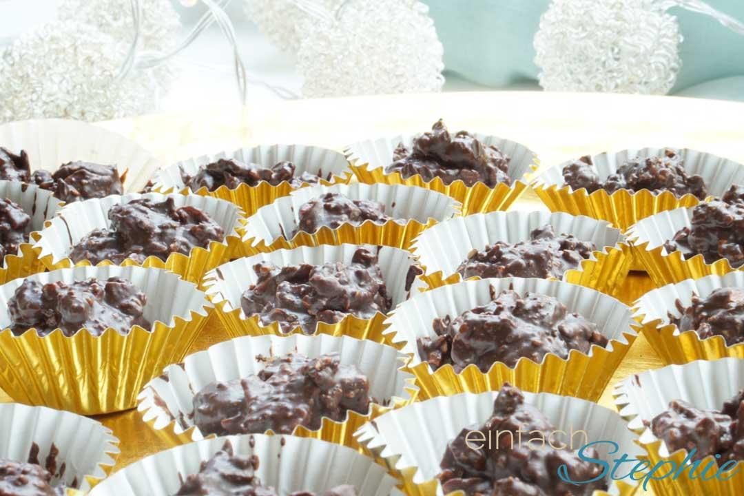 Selbstegemachte Mandelsplitter mit Schokolade und Chili. Pralinen einfach selber machen