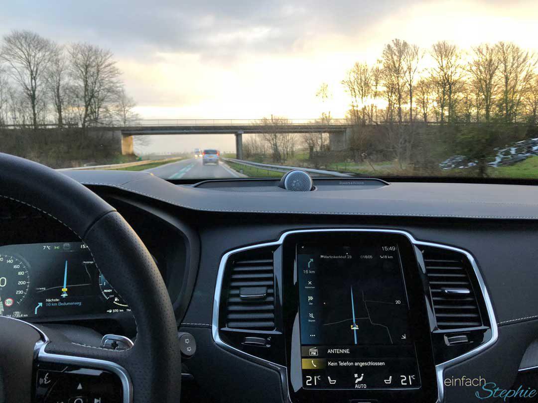 Coolster SUV Volvo XC90. Testfahrt quer durch Deutschland. Sonnuntergang auf der Autobahn