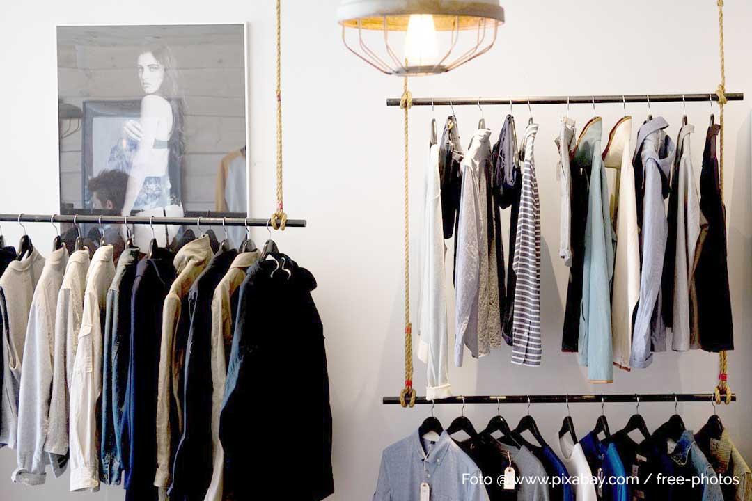 Kleidung besser ordnen mit Kleiderstangen