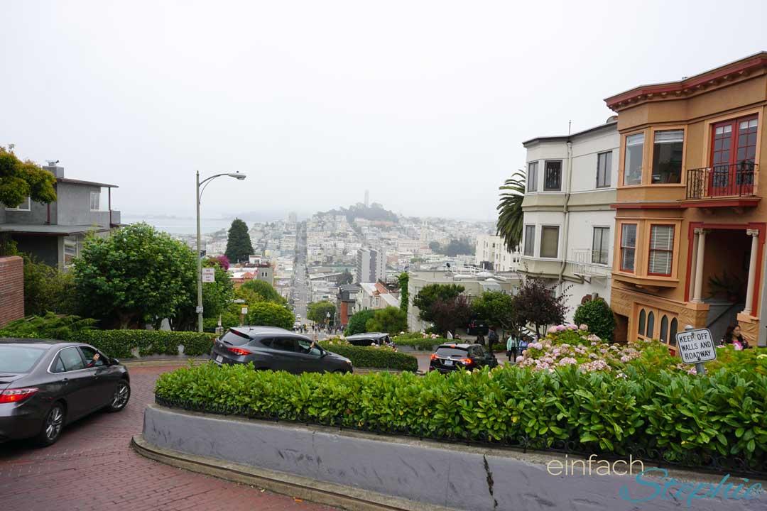 San Francisco mit Teenaagern. Lombard Street von oben