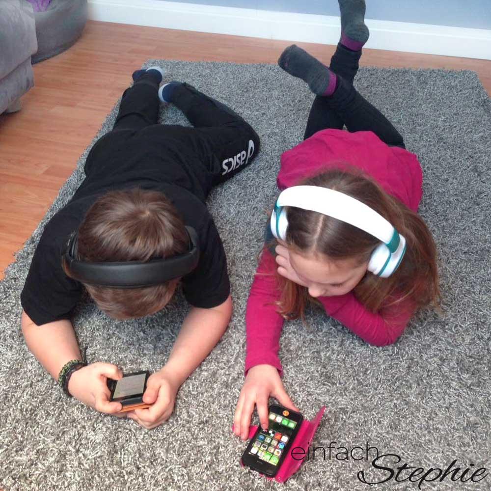 Kinder lieben Deezer Family. Zwillinge beim Musik hören