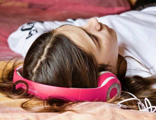 Pubertät. Teenager kapselt sich ab. Musik hören beruhigt