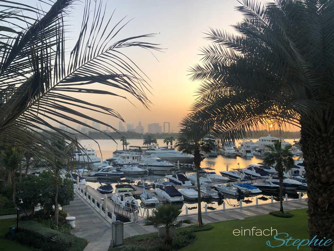 Sonnenuntergang am Creek mit Blick auf die Skyline Dubais