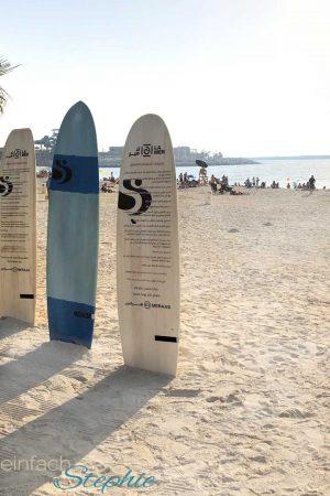Strandparadies La Mer. Ausflugstipp Dubai Urlaub mit Familie. Surfbretter
