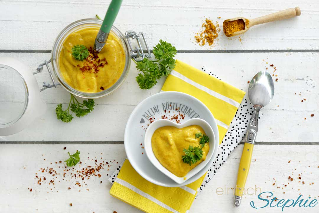 Curry-Mango-Sauce zum Grillen oder Raclette selber machen. Aufsicht von oben