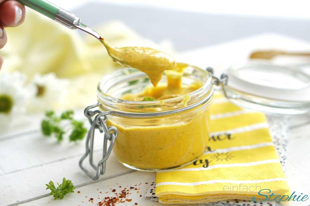 Mango-Currysauce zum Grillen oder Raclette. Im Glas mit Löffel