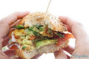 orientalischer Veggie Burger ohne Soja. Gemüseburger angebissen
