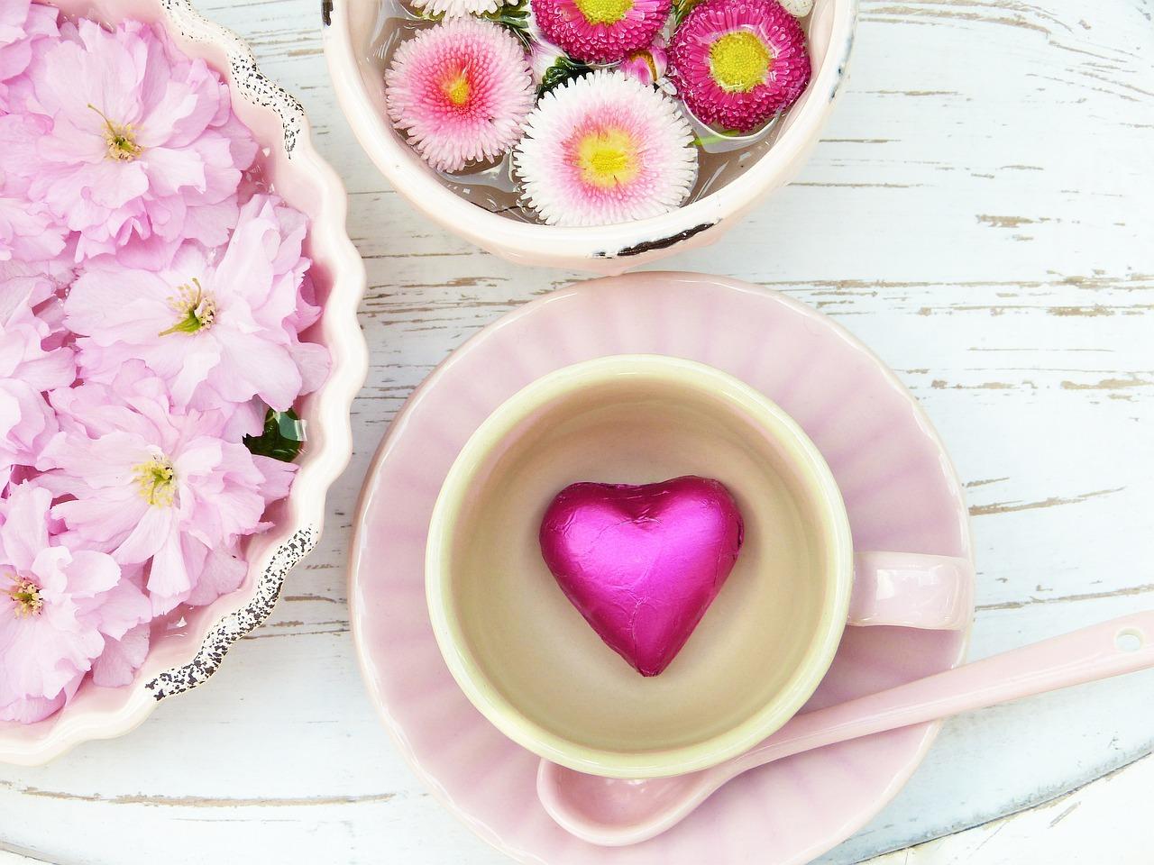 Selbstliebe üben. Kaffeetasse rosa