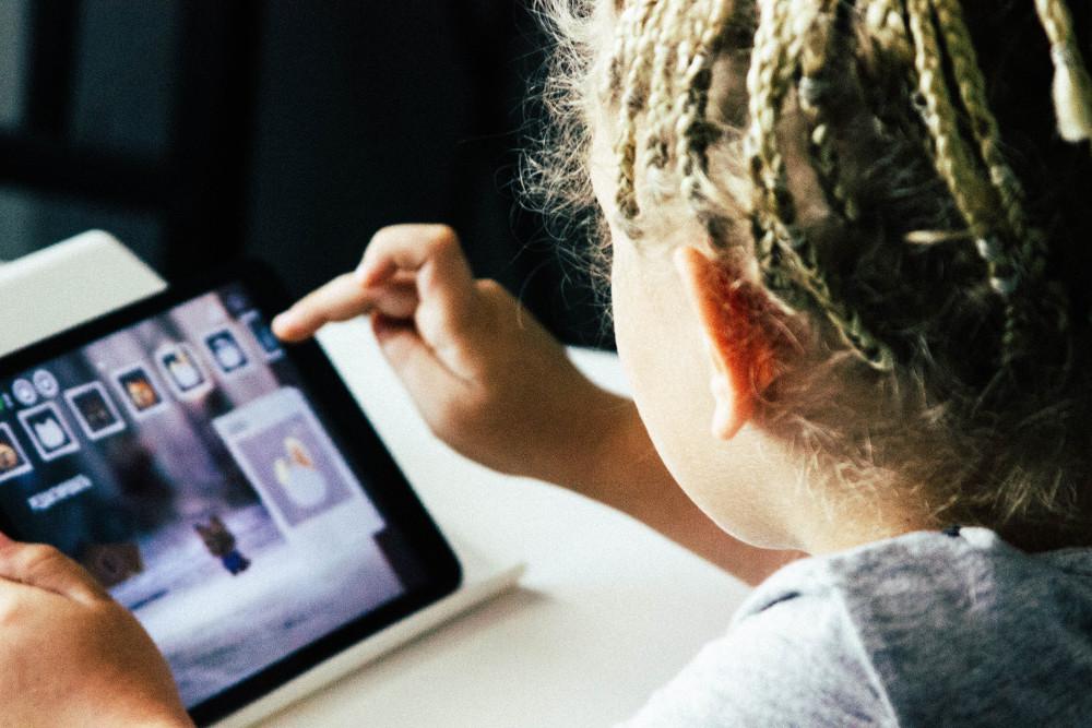 Kinder im Internet belgeiten (Foto: Unsplash)
