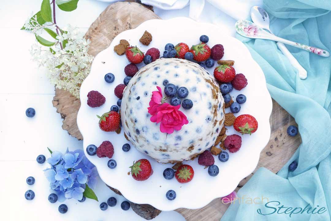 Eisbombe mit Blaubeeren. Vegane Eistorte