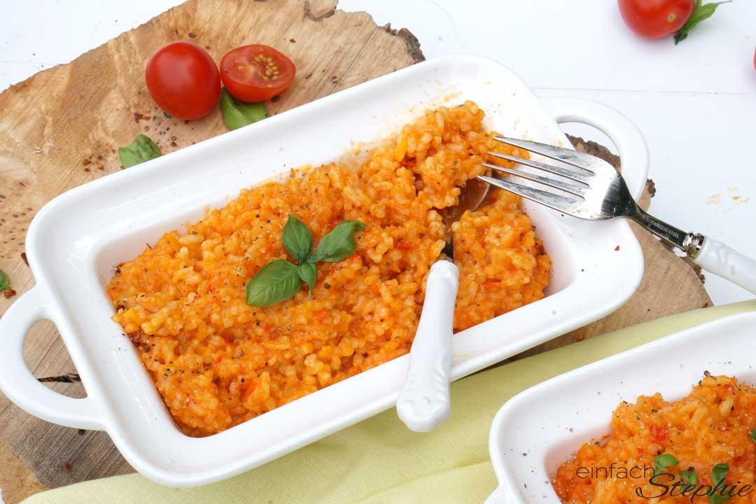 osteuropäisches Reisgericht. Djuvec Reis. Roter Reis mit Paprika