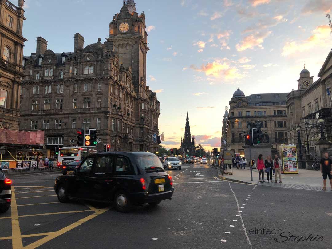 Die Altstadt von Edinburgh bei Sonnenuntergang