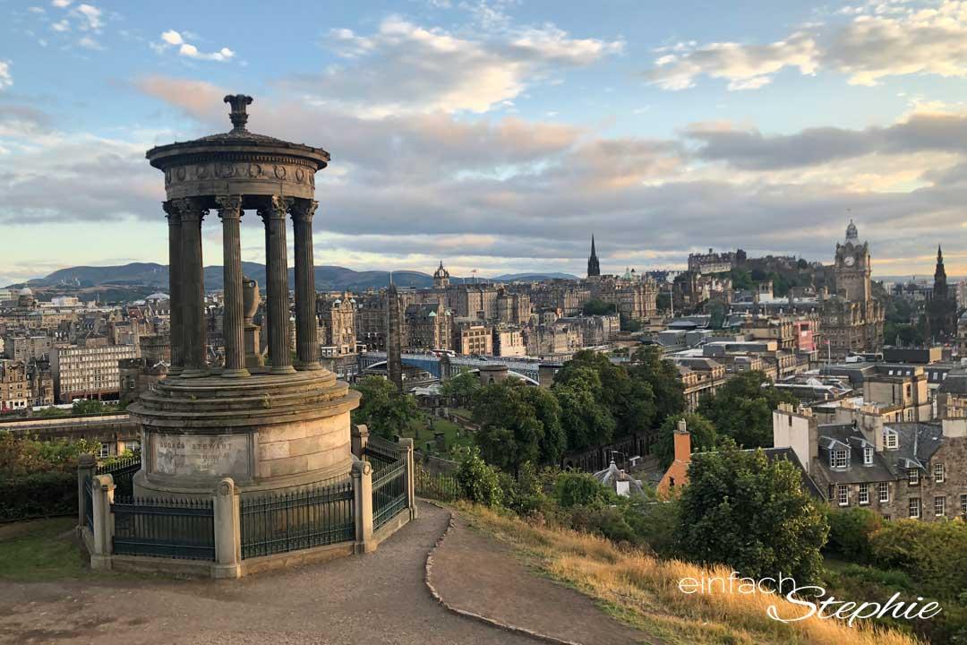 Blick über Edinburgh von Calton Hill aus. Rundreise Schottland mit Teenagern