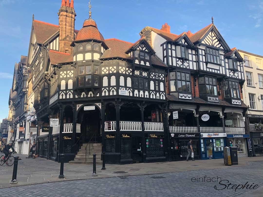 Chester Innenstadt. Auf Rundreise durch England mit Kindern. Fachwerkhäuser mit 2-geschossiger Einkaufspassage