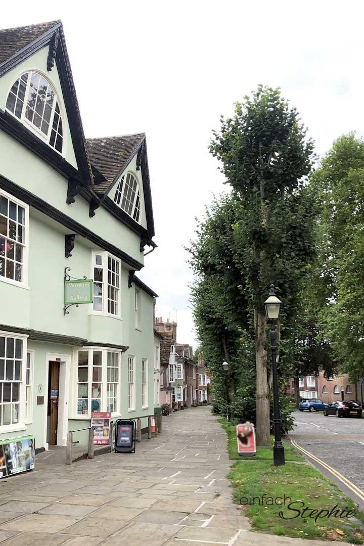 Rundreise England. Kleiner Einblick in eine Straße von Horsham, West Sussex, England