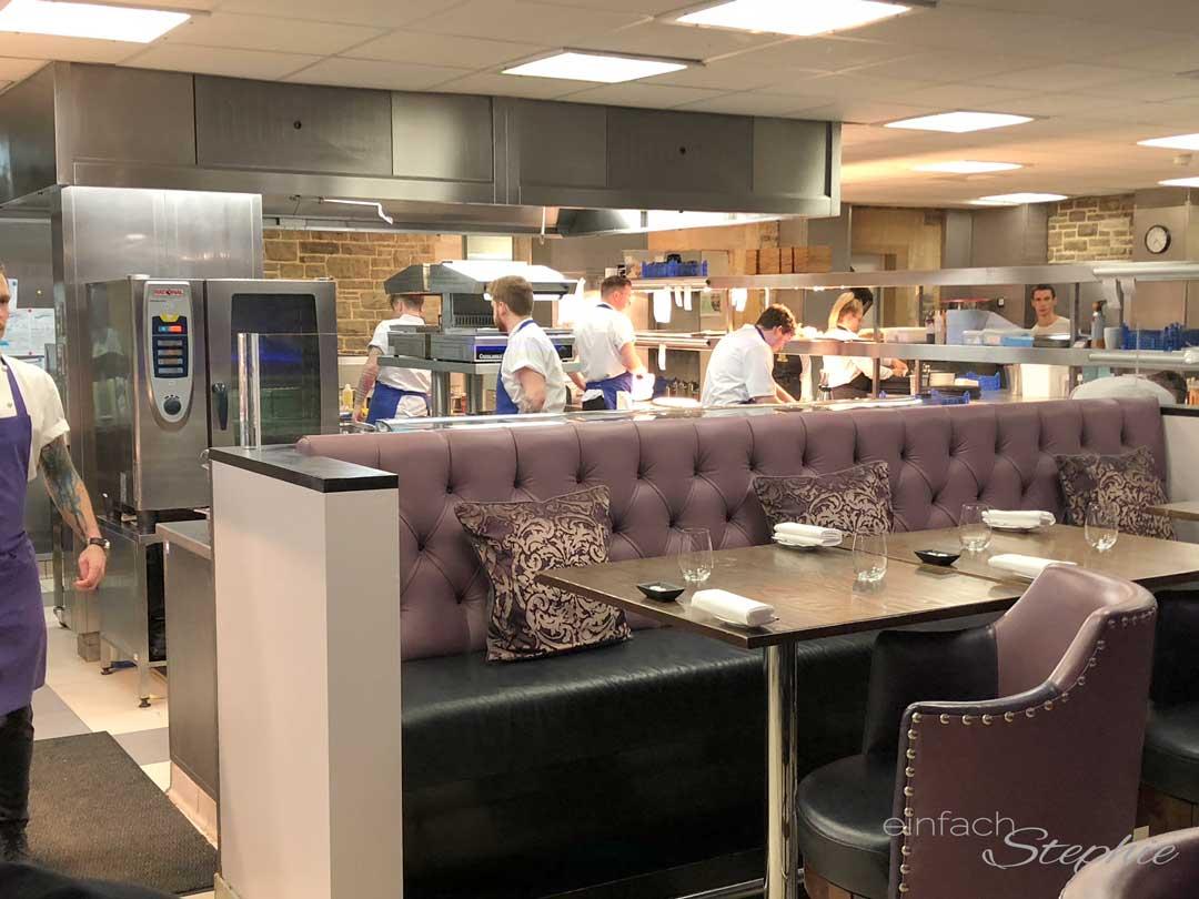 Küchenevent. Restaurant mit Sitzplätzen in der Küche