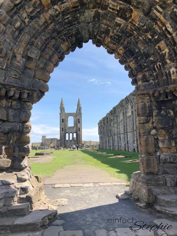 Schottland mit Kindern. St. Andrews Kathedrale mit Zugang zum Hafen