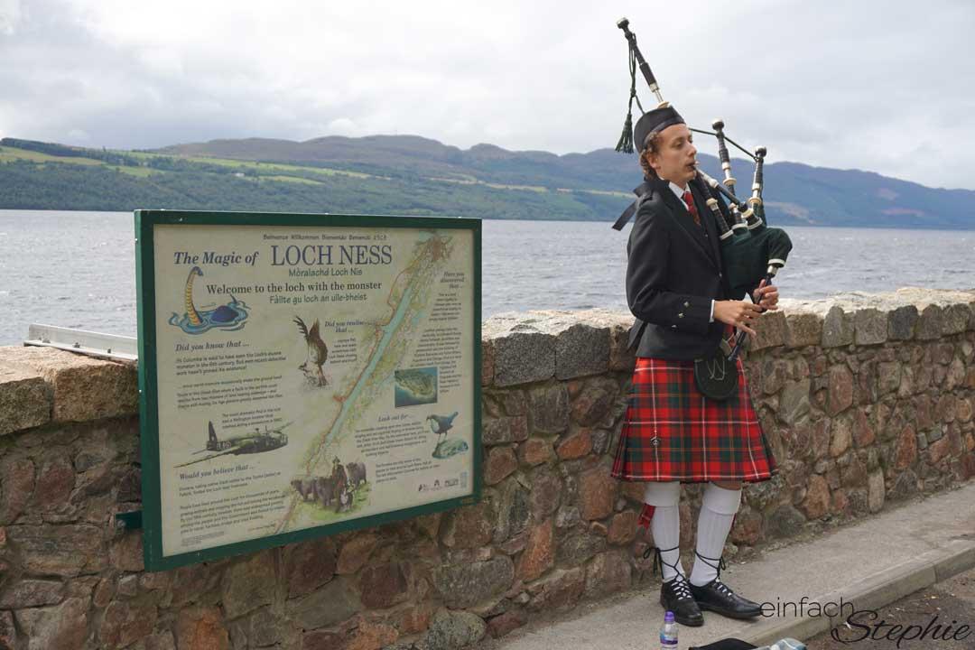 Rundreise Schottland mit Kindern. Dudelsackspieler am Loch Ness
