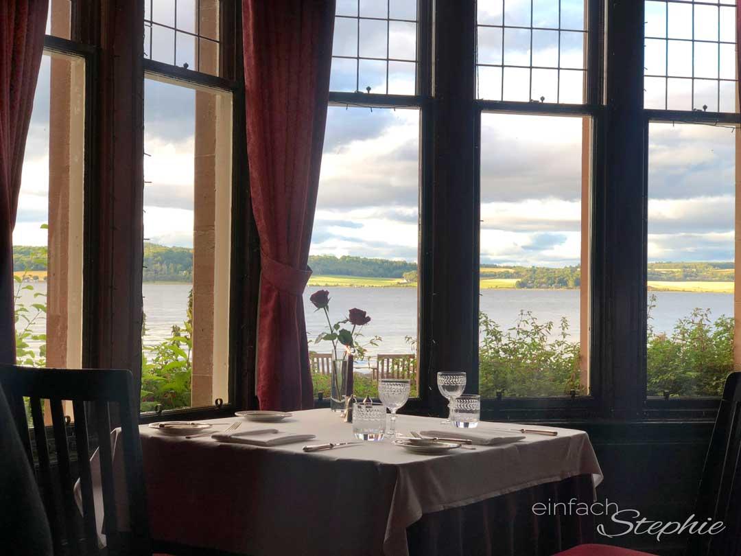 Feinste Küche mit grandiosem Ausblick aufs Meer im Bunchrew House Hotel in den Highlands, Schottland