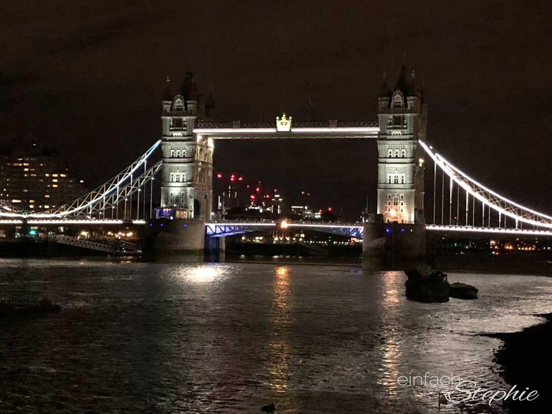 Rundreise mit Kindern durch England. London Tower Bridge bei Nacht