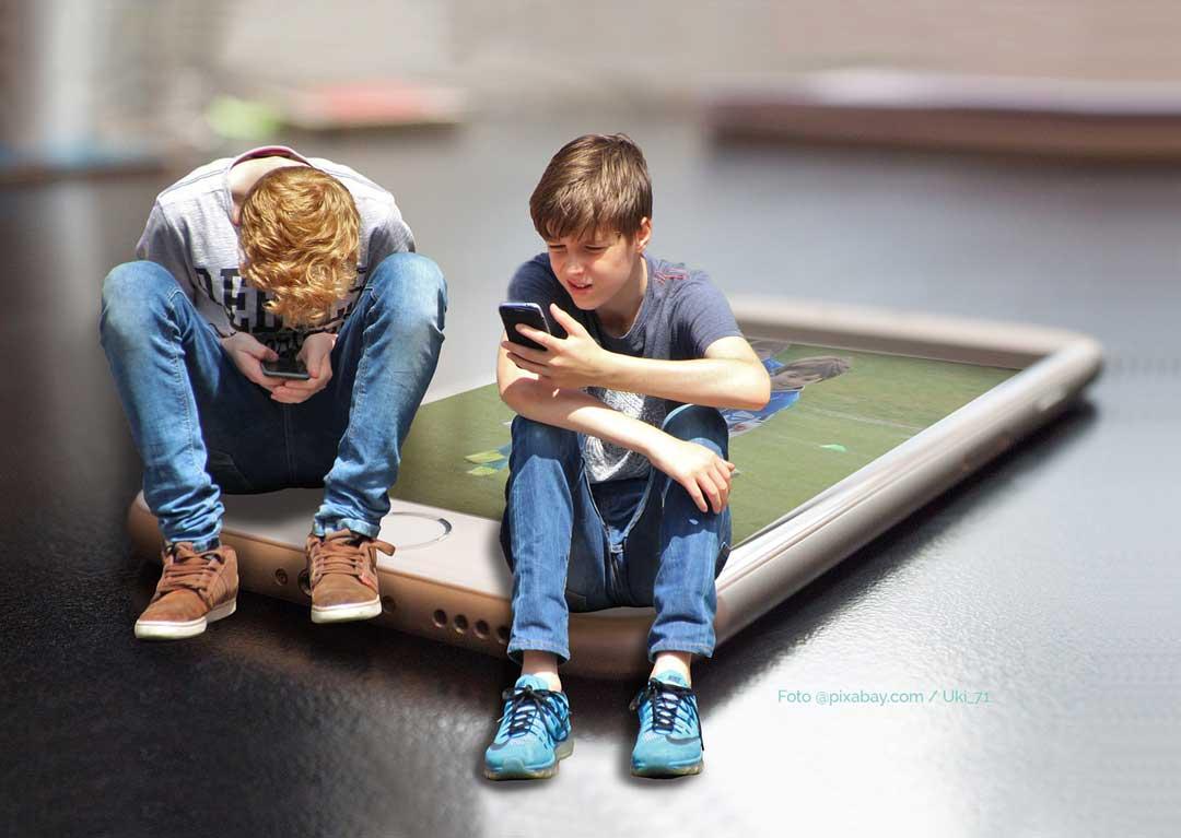 Smartphone Nutzung bei Kindern. Gefahren und Lösungen. Kinder am Handy