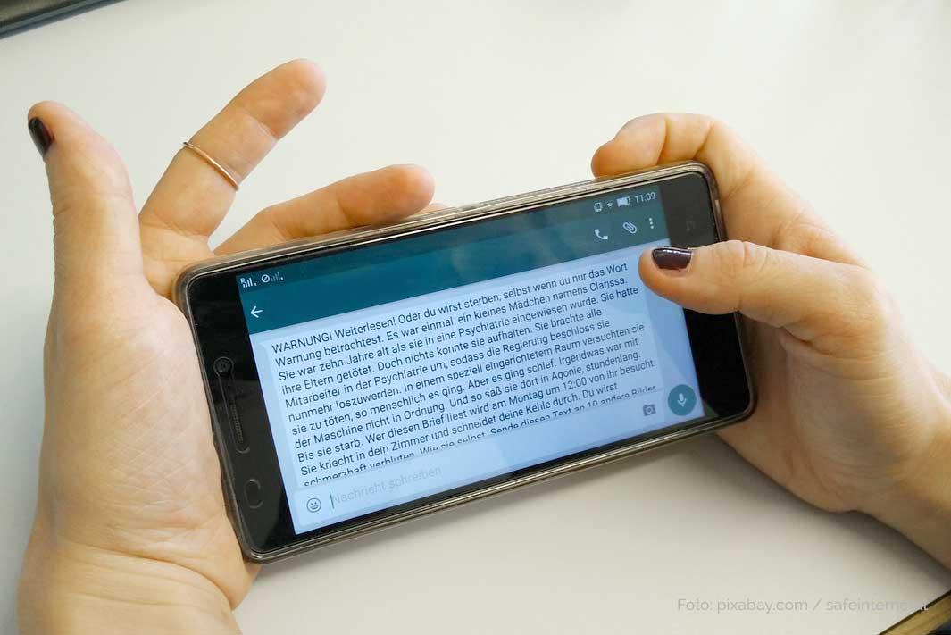 Smartphone Nutzung bei Kindern. Gefahren und Lösungen. Kind mit schlimmer Botschaft auf dem Handy