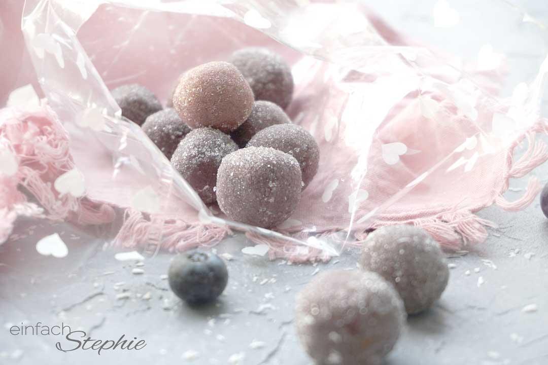 Heidelbeer-Pralinen mit weisser Schokolade schnell selber machen