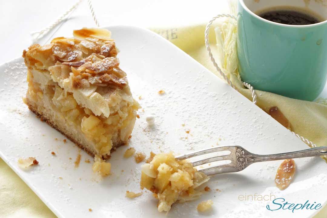 Ein Stück veganer Apfelkuchen aufgegabelt. Quark-Apfelkuchen ohne Ei