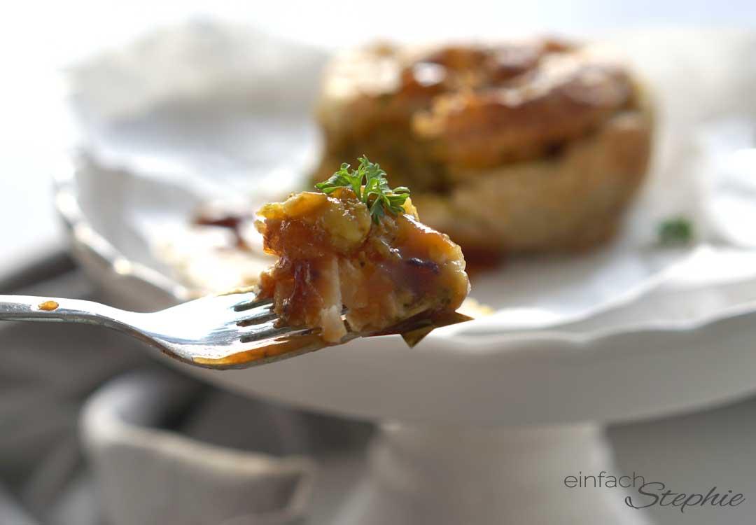 Vegetarisches Festessen. Gemüse-Törtchen mit Blätterteig