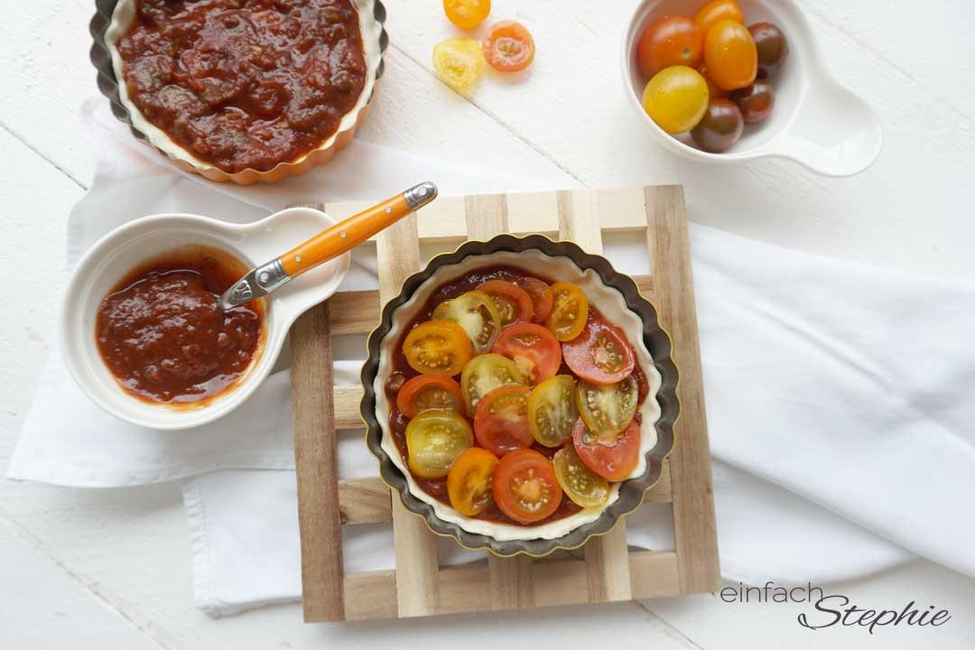 Tomatentarte vorbereiten und einfach backen