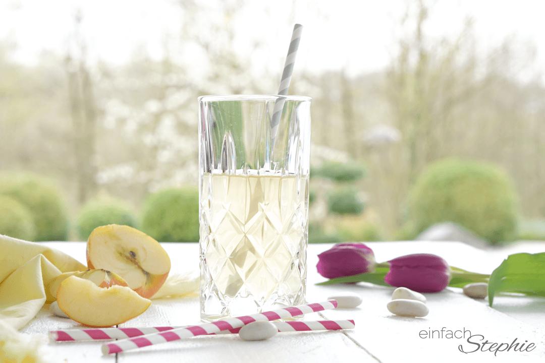 Wirkung von Apfelessig im Selbsttest. Lauwarmes Apfelessig-Wasser vor dem Frühstück