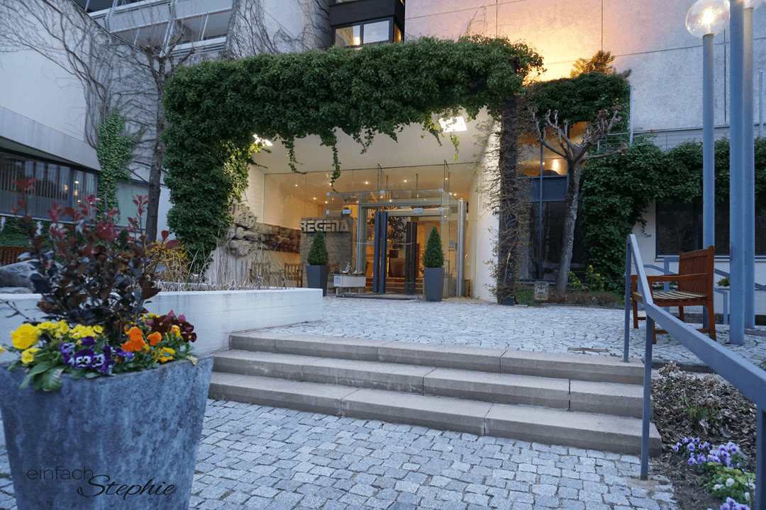 Relaxen in der Natur mit Basenfasten im Hotel Regena. Spa Eingang