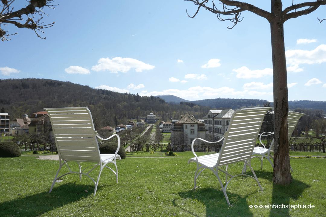 Einfach mal dasitzen und in den Schlosspark des Staatsbads schauen.... Basenfasten im Hotel Regena