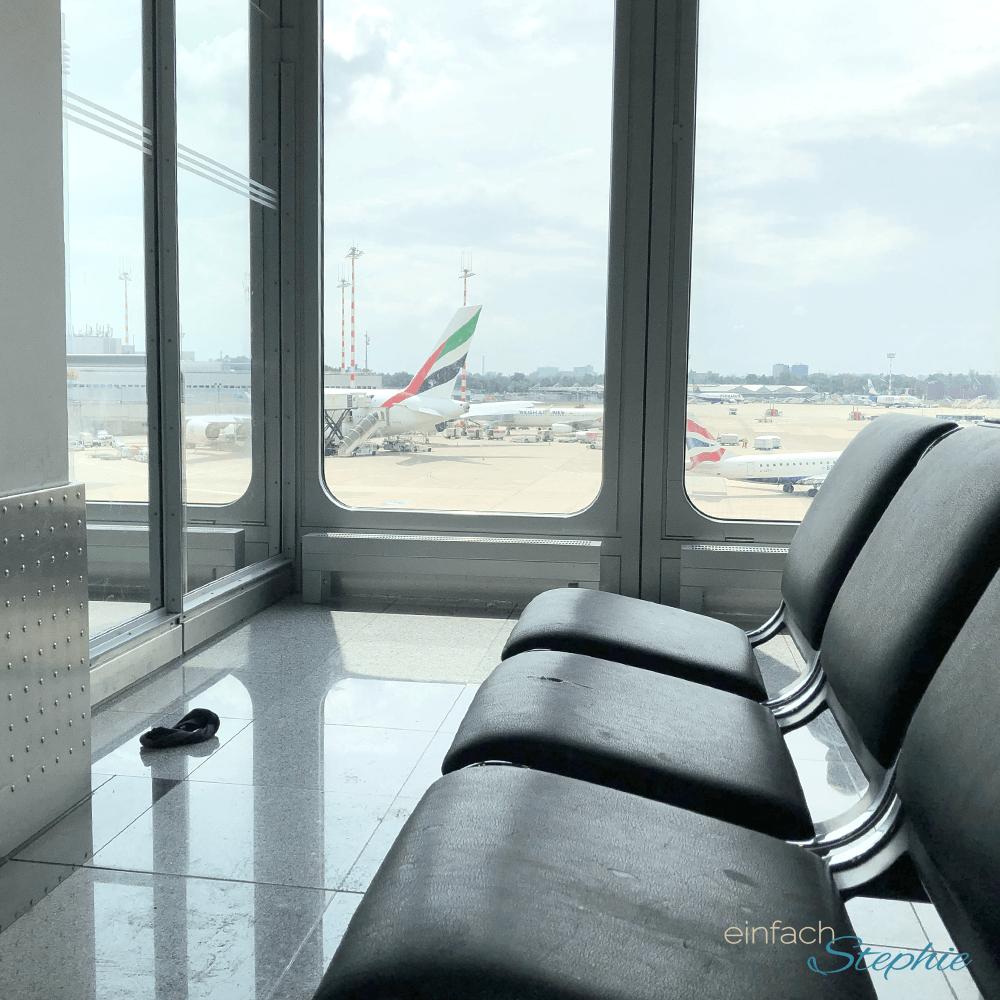 Wartebereich am Gate vor Abflug. Leitfaden für die erste Flugreise