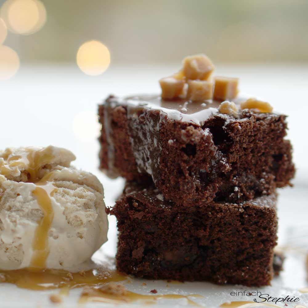 Beste Brownies mit Karamellsauce und Eis als veganes Weihnachtsdessert