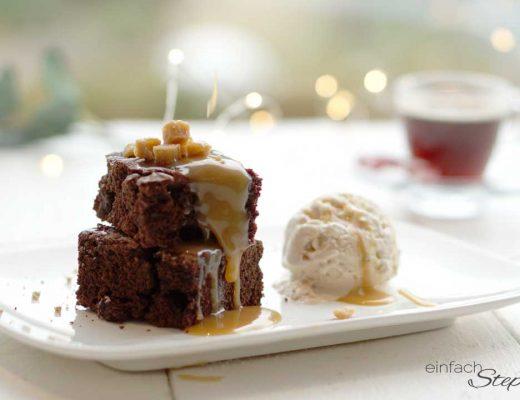 Titel Schoko-Brownies ohne Ei mit Eis und Karamell als Dessert