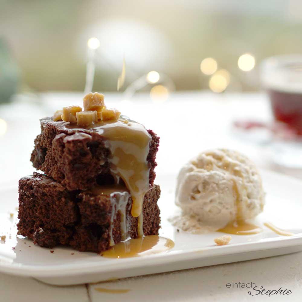 Schokoladen-Brownies, Schokokuchen mit Karamell und Eis als Dessert