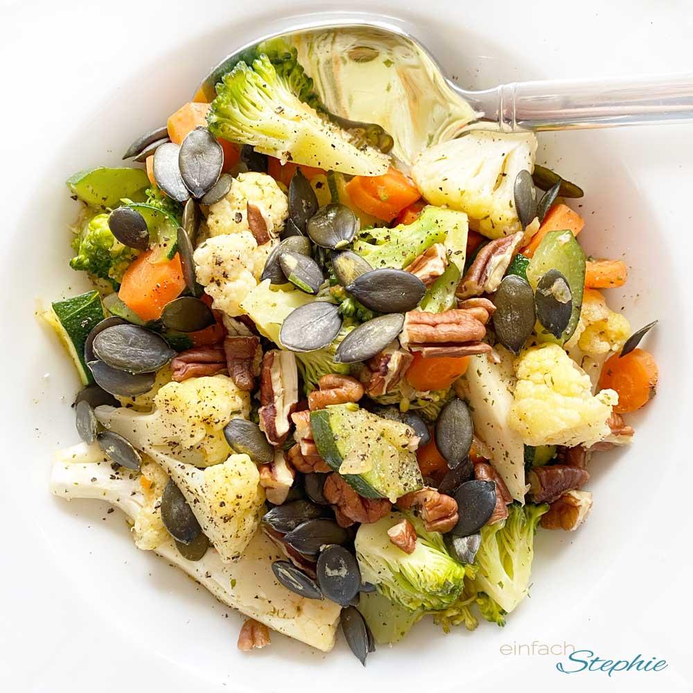 Basenfasten-Rezept: Bunte Gemüsepfanne mit Mandelmus-Sauce