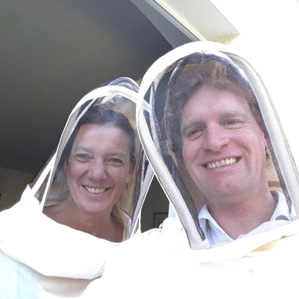 Martina und Hieronymus als Hobbyimker mit eigenem Bienenstock im Garten