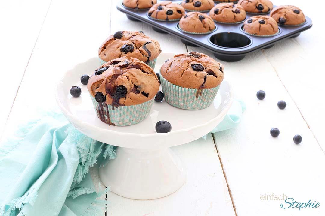 Leckere lockere Blaubeer Muffins mit Buttermilch. American Blueberry Muffins