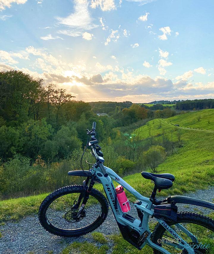 10 Gute-Laune-Tipps gegen den Herbstblues in Coronazeiten. E-Bike fahren, Spaziergang in der Natur, Musik und mehr